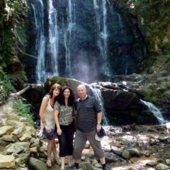 wysoki na 19 metrów wodospad Koleshino, zdjęcie z Delią Chaushevą oraz Ahmetem Ozel